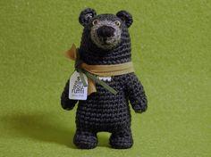 ツキノワグマのあみぐるみです。ウール100%の毛糸で編み、プラスチックの目玉を付けました。--- ※実物は写真より暗い色味をしています。※自立はできないものと...|ハンドメイド、手作り、手仕事品の通販・販売・購入ならCreema。