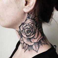 tattoo nacken, hals tätowieren, große rose in schwarz und grau