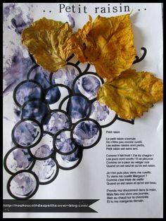 - Petit raisin réalisé par mon loulou de 16 mois, peinture au doigt un mélange de bleu et de rouge pour obtenir un violet de chez Crayola, cette fois ci on a remplacé le pinceau par un bouchon en liège, et pour finir nounou a agrafé trois petites feuilles...