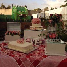 Mesa de pastel para boda en jardin