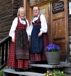 Bunadekspertar: – 26 år er mange år å jobbe saman, men det har vore særs trivelege år, fortel Gunhild Nørsterud (t.v.) og Grethe Rudi Bråten.…