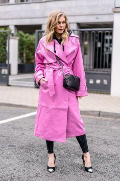 <em>Outfit</em>: Vinyl <b>Trenchcoat</b> in Pink mit schwarzen Basics