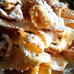 Chiacchiere,un groviglio di chiacchiere! Snack Recipes, Cooking Recipes, Snacks, Italian Desert, Mama Cooking, Italian Cooking, Mini Desserts, Ravioli, Biscotti