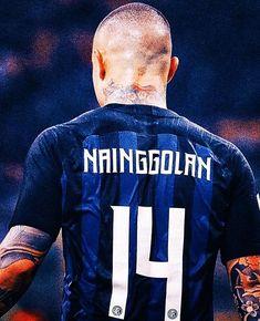 Radja Nainggolan est en pleine tempête . . . #radjanainggolan #nainggolan #inter #fcim #whatsapp Inter Sport, Milan Wallpaper, As Roma, Football Wallpaper, My Attitude, Badass Quotes, Football Players, Messi, Role Models