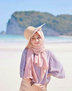 42 new Ideas style hijab pantai – Hijab Fashion 2020 Muslim Fashion, Abaya Fashion, Fashion Outfits, Fashion Muslimah, Casual Hijab Outfit, Hijab Chic, Hijabi Girl, Girl Hijab, Muslim Girls
