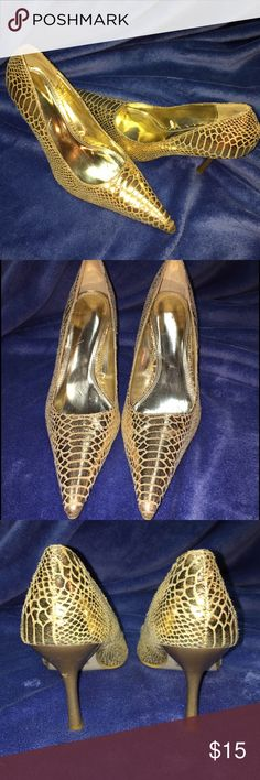 """Gold snake like print """"4 in heel pump 👠 These are a beautiful soft to the touch gold pump that can be worn with a pair of jeans, a dress , a skirt pretty much anything your wanting to dress your outfit.          A must feel ☺️ **4"""" heel  *Not sure the name of these shoes.  *Heel has a matte gold  *No box Shoes Heels"""