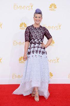 Kelly Osbourne Premios Emmy 2014. Una de las elecciones más arriesgadas de la noche vino de la mano de Kelly Osbourne, que acompañó su característico corte pixie violeta de un vestido en el mismo tono con encaje, firmado por Honor.