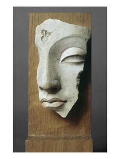 Fragment von Buddhas Kopf (C) RMN-Grand Palais (Guimet Museum, Paris) / Rechts . Buddha Sculpture, Art Sculpture, Pottery Sculpture, Abstract Sculpture, Art Buddha, Buddha Kunst, Sculptures Céramiques, Stone Carving, Oeuvre D'art