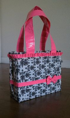 "I can sew all day long but not sure I know how to execute this ""duck tape"" purse! This is super cute! Duct Tape Projects, Duck Tape Crafts, Birthday Gifts For Teens, Teen Birthday, 16th Birthday, Duck Tape Bags, Duct Tape Purses, Rubber Band Bracelet, Diy Bracelet"