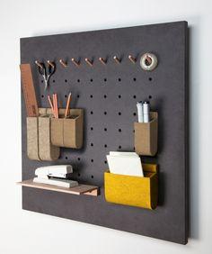 Das Paneel gibt häufig genutzten Gegenständen des Alltags eine feste Verortung: auf kleine Stifte gehängt, in Taschen einsortiert oder auf Brettchen abgelegt stören sie nicht auf dem Arbeitstisch....