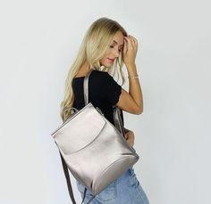 Ce sac est un véritable best-seller. La simplicité de ses lignes, la robustesse de ses matériaux et le design de ses compartiments de rangement en font le sac indispensable. Le Laguno se transforme facilement de sac à dos à sac en bandoulière. Il possède une grande poche intérieure avec zipper et des poches secondaires. Le Laguno est le sac qui permet toutes les configurations imaginables. Ce sac s'adaptera à tous vos styles et à toutes circonstances. Shoulder Bags For School, Style Retro, Storage Compartments, Types Of Fashion Styles, Best Sellers, Leather Backpack, Shoulder Strap, Backpacks, Zipper