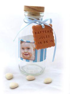 Mini-bouteille de lait personnalisée. Pour une belle décoration le jour de son baptême ! La bouteille est personnalisés par mes soins, l'étiquette et le biscuit sur confectionnés sur-mesure :)