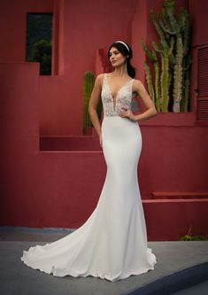 Dieses wunderschöne Brautkleid aus der aktuellen White One Kollektion 2021 findest Du bei Boesckens in Erkelenz. Es ist eines von hunderten Brautkleidmodellen, die Du in allen Größen von 32 bis 58 bei uns erleben kannst. Die allermeisten Bräute buchen rechtzeitig vor der Hochzeit einen unverbindlichen Beratungstermin, damit sie ihr ganz persönliches Traumkleid bei uns finden. Wir freuen uns auf Dich!   ::  #brautkleid #hochzeitskleid #boesckens Crepe Wedding Dress, Fit And Flare Wedding Dress, Formal Dresses For Weddings, Sexy Wedding Dresses, Mermaid Gown, Little White Dresses, Bustier, Designer Gowns, Pageant Dresses