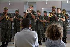 Banda do Exército faz uma apresentação para as crianças do HCB.