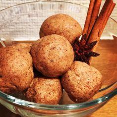Zkuste vyměnit běžné cukroví pečivo za zdravé vánoční cukroví, po kterém nepřiberete, nebude vám těžko a rozhodně si pochutnáte! Bliss Balls, Healthy Choices, Cookie Dough, Gingerbread Cookies, Advent, Protein, Muffin, Healthy Eating, Healthy Recipes