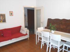 Sala da pranzo dove è posizionato la TV di fronte ad un divano letto che può essere trasformato in singolo o in matrimoniale