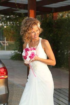 Nuestra Novia Frambuesa, con gotas de rocío entre destellos blancos y rosas, ayer dijo, Por siempre jamás.Alegre, colorido, expectacular Flores de tela para novias únicas algodondeluna@gmail.com o 606619349