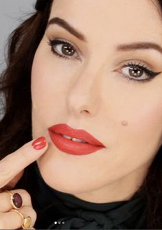 Video: Supersize Your Pout Instantly (without Injections!) (Lisa Eldridge Make Up) Red Lip Makeup, Hair Makeup, Makeup Videos, Makeup Tips, Makeup Basics, Beauty Tutorials, Beauty Hacks, Makeup Tutorials, Beauty Make Up