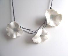 Porzellan-Halskette mit drei frischen weißen Blumen - Halskette aus Italien