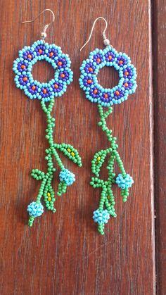 Pendientes hechos a mano de Huichol de flor azul/rojo