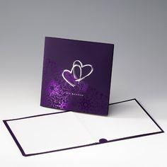 Moderne Einladungskarte zur Hochzeit in Lila mit Herzmotiv in Silber.