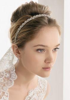 Accessoire cheveux mariage : Diadème à voile en dentelle de Rosa Clara - Marie Claire