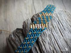 Handcrafted macrame bracelet made with linhasita 0,5 mm thread, that gives a very fine look. Used colors of thread: teal, old gold