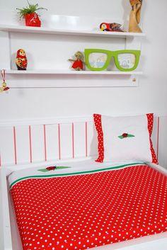 """In diesem farbenfrohen Traum lässt sich Ihr Baby sicher gerne wickeln! Wickelauflage und Deko-Kissen von KRS-Design aus der """"Marienkäfer""""-Kollektion."""