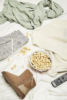 Ist das Popcorn schon fertig? Kuscheldecke angewärmt? Film ausgesucht? Los geht´s! Für den gemütlichen Filmabend gehört selbstverständlich auch ein gemütliches Outfit: In den Stehkragenpullover, die Jogginghose und den Schal kannst du dich richtig schön einkuscheln! Pssst, der Film geht los!