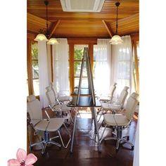 O SPA conta com 6 cadeiras de maquiagem profissionais oferecendo estrutura, conforto e praticidade para todos os tipos de eventos.  #terrasdeclara #eventosespeciais #casamentonocampo #casamentonafazenda #gardenwedding #weddingweekend