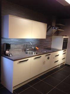 Witte hoogglans keuken van #dankuchen. Warme kleuraccenten en achterwand