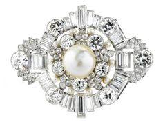 Perl-Diamantbrosche Länge: ca. 4,9 cm. Breite: ca. 3,8 cm. Gewicht: ca. 18,6 g. Platin. Um 1940. Beigefügt ein Perl-Bericht von GCS Nr. 77104-51 vom Mai 2017. Prächtige Art...