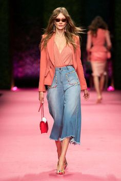 Elisabetta Franchi Spring Summer 2019 Fashion Show From fashion week coverage and the best dressed s Spring Fashion Trends, Women's Summer Fashion, Fashion Week, Look Fashion, Trendy Fashion, Fashion Show, Womens Fashion, Ladies Fashion, Feminine Fashion