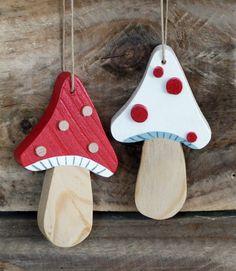 """Décoration """"Joli champignon"""" en bois recyclé à suspendre"""