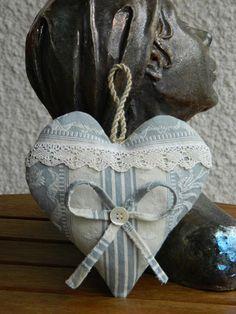 Ce cœur a été entièrement conçu et réalisé main par mes soins. Il met en valeur une superbe toile à matelas ancienne récemment chinée dans une brocante. Elle est re - 9743979