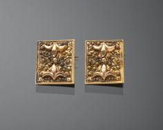 Achttien karaats gouden oorijzerboeken (stiften) die vermaakt zijn tot broches. de boeken zijn afkomstig van een oorijzer uit Zuid-Holland. 1814-1953 #ZuidHolland