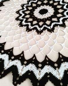 Tapete circular a ganchillo. Ya tienes en el blog mi nuevo #tapete , muy fácil de realizar siguiendo el patrón que te muestro. #crochet #ganchillo #crochetlove #blancoynegro #blackandwhite #crochetpic #uncinetto #desing #handmade #fetpermi #fetama #labores #ilovecrochet #decoracion #craftastherapy #addicted_to_details #total_geometric_forms #pasiopelsdetalls