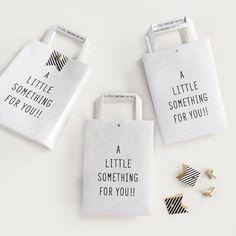 [A LITTLE SOMETHING FOR YOU!!] ちょっとした贈り物に。 カラーはホワイトとクラフトの2色からお選びいただけます。 ホワイトは表面は白、内側は茶色になっています。 付属のストライプの帯で挟んで割りピンで封をします。 ウェディングのプチギフト用としてもお使いいただけます。 ■サイズ:112mm x 76mm x 56mm ■枚数:3枚 ■おび:3枚 ■割りピン:3個 ■カラー:ホワイト/クラフト(備考欄に入力して下さい) お揃いのテトラバッグも是非ご覧下さい。 もっと見る
