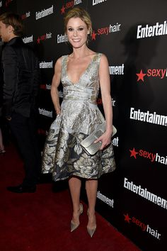 Entertainment Weekly's Julie Bowen carrying the Kara Ross Dea Bag in silver lizard at the Celebration Honoring The 2015 SAG Awards Nominees - Red Carpet : News Photo