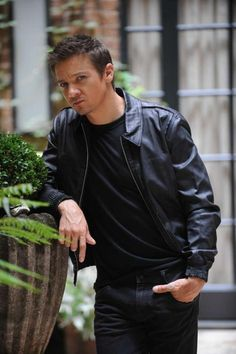 Jeremy Renner, star of 'The Bourne Legacy,' photographed with mysterious brunette on lunch date