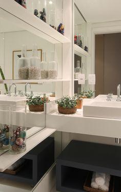 O banheiro do menino também segue com as mesmas cores utilizadas no quarto. A parede lateral revestida em espelho com prateleiras com itens de decoração temáticos e o nicho em madeira pintada de azul destacam o ambiente http://ow.ly/9pUNK