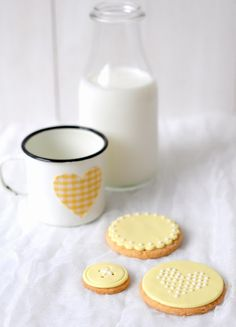 beautiful cookies and enamelware - buttons and doily shapes! That's some talented icing