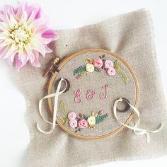 """Gesticktes Ringkissen """"Floribunda"""" im Stickrahmen mit vielen hübschen Blumen für deine Boho oder Vintage Hochzeit - handmade with love ♥"""