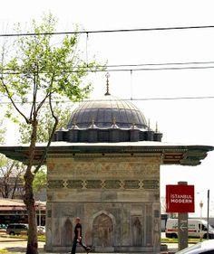Tophâne Çeşmesi; Kılıç Ali Paşa Câmii karşısında yol üzerinde bulunur. Sultan I.Mahmûd'un annesi Sâliha Sultân'a hediye olarak 1732 senesinde yaptırılmıştır.