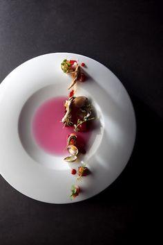 Fondo marino: atún, anchoas, conchas, remolacha en un jugo de lombarda. Sang Hoon Degeimbre. Copyright: Piet De Kersgieter y Flanders Taste Foundation