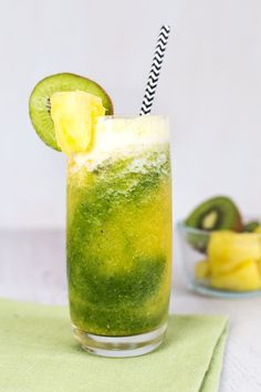 Meet Your New Anti-Inflammatory BFF: The Kiwi-Pineapple Smoothie Who says medicine can't taste good? Smoothies Kiwi, Healthy Smoothies, Healthy Drinks, Healthy Eating, Simple Smoothies, Detox Drinks, Detox Juices, Breakfast Smoothies, Allergies