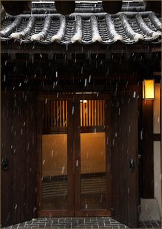 Rain adds to the natural beauty of hanok Korean Traditional, Traditional House, Architecture Details, Interior Architecture, Roof Detail, Modern Buildings, Windows And Doors, Building Design, Facade