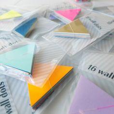 selbstklebende triangle wall dots für das kinderzimmer, wohnzimmer, jedes zimmer. lässt sich leicht auf fast alle untergründe ankleben und (auch sehr wichtig) rückstandslos wieder entfernen oder repositionieren. in jedem paket sind 16 dreiecke mit einer größe von ca. 6x6 cm. die farben wurden durch uns harmonisch passend zusammengestellt sodass eine leuchtend tolle wand entsteht!alles handmade.viel spass!