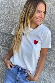 Un joli coeur brodé sur votre tee-shirt blanc ? Look Short, Tee Shirts, Tees, V Neck, T Shirts For Women, Blouse, Collection, Fashion, White People