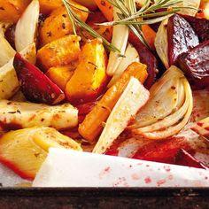 Einfacher geht es nicht: Sieben verschiedene Gemüsesorten schmurgeln mit Kräutern, Knoblauch und Weißwein langsam im Ofen.